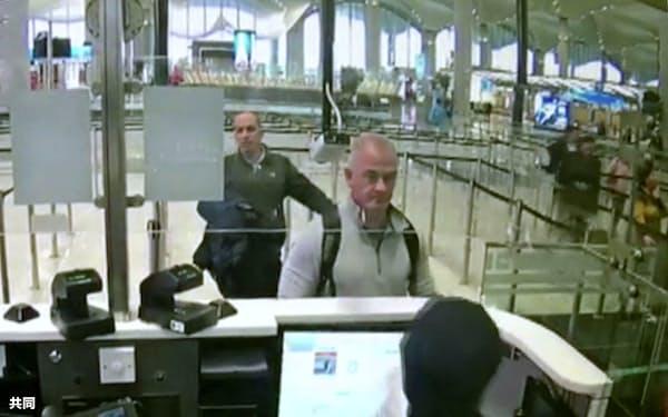 2019年12月、トルコのイスタンブール空港で防犯カメラに映ったマイケル・テイラー容疑者(中央、AP=共同)