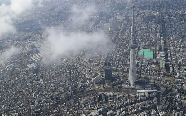 東京スカイツリーと雲に覆われた都心の街並み