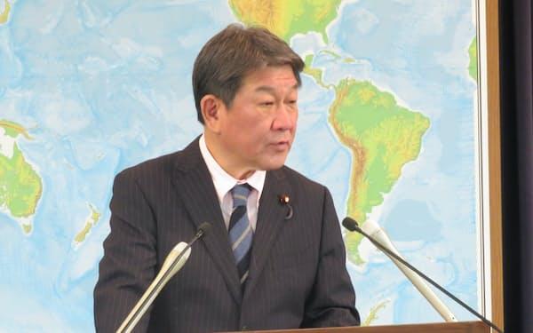 記者会見する茂木外相(29日、外務省)