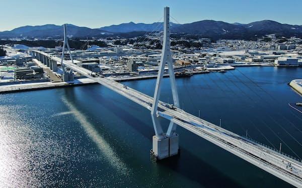 復興道路として今年度中の開通をめざす気仙沼湾横断橋(1月、宮城県気仙沼市)