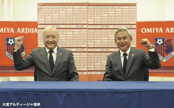 WEリーグへの参入を決めた大宮アルディージャで、佐々木氏は女子チームの総監督を務める。左は当時の森正志・大宮社長(2020年10月)=大宮アルディージャ提供