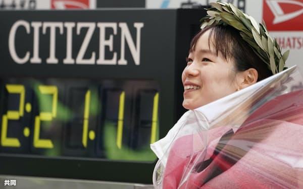 2時間21分11秒で初優勝し、笑顔を見せる一山麻緒(1月31日、ヤンマースタジアム長居)=共同