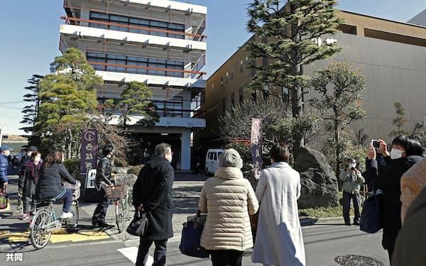 新型コロナウイルス感染拡大の影響で閉店する老舗料亭「川甚」の前で、別れを惜しむ人たち(31日午後、東京都葛飾区)=共同
