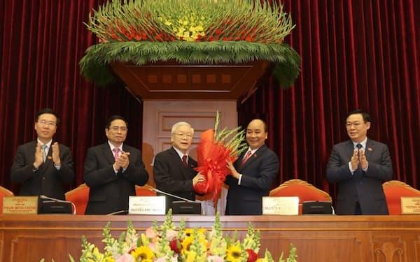 高齢のチョン書記長㊥は一時、引退するとの観測があった(31日、ハノイ市)=国営ベトナム通信