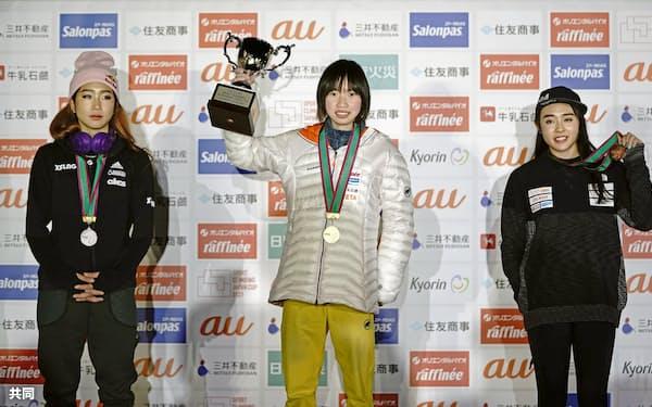 女子で優勝し笑顔の森秋彩(中央)と2位の野中生萌(左)、3位の伊藤ふたば=共同