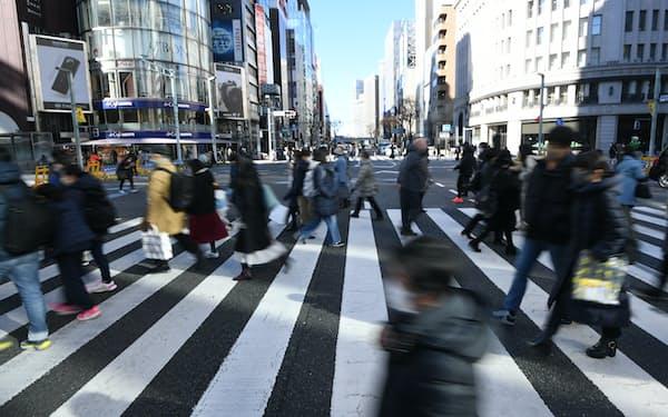 緊急事態宣言が出された週末、東京・銀座を行き交う人たち(1月10日)