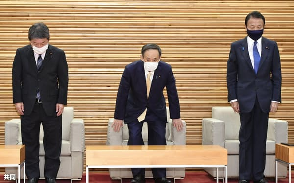 閣議に臨む(左から)茂木外相、菅首相、麻生財務相=29日午前、首相官邸