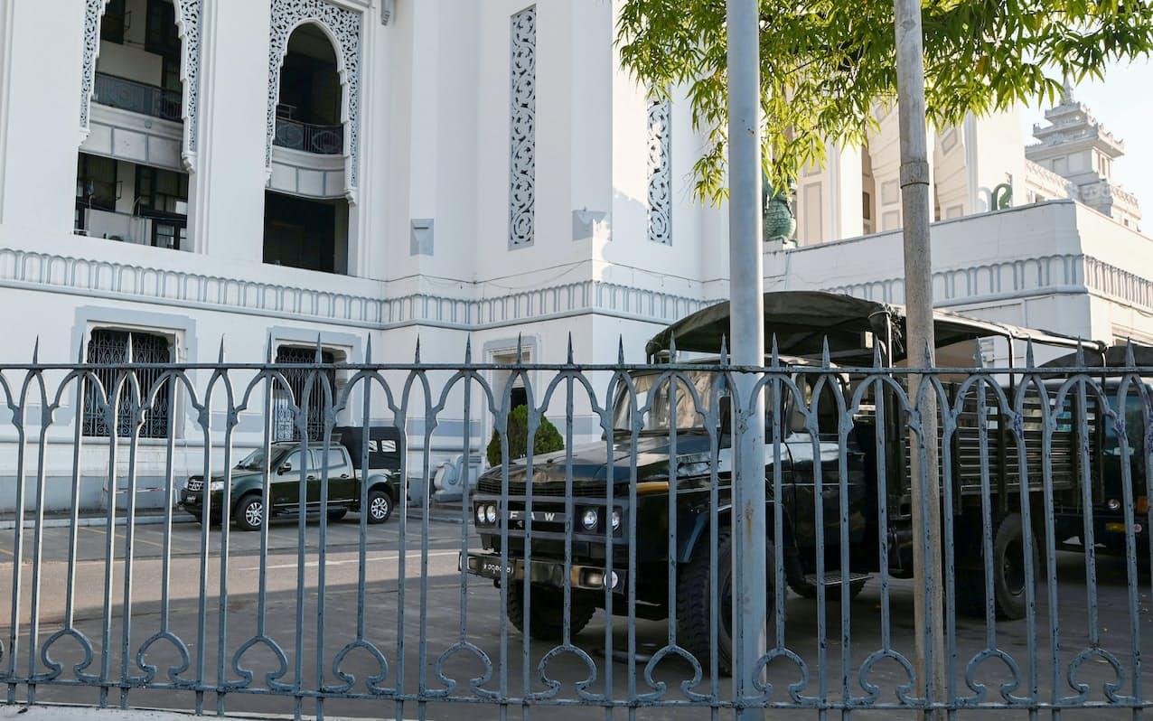 1日、ミャンマー・ヤンゴンの市庁舎内に国軍の車両が駐車する=ロイター