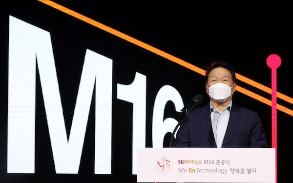 竣工式で攻めの投資を強調する崔泰源会長(1日、利川市)