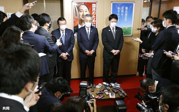 離党届を提出し、報道陣の取材に応じる自民党の(中央右から)田野瀬太道、松本純、大塚高司衆院議員(1日、東京・永田町の党本部)=共同