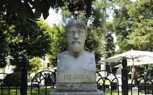 イタリア・ローマにあるピタゴラスの像(小林秀銀撮影)