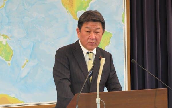 記者会見する茂木外相(2日、外務省)