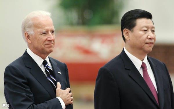 2011年8月の訪中時、北京での歓迎式典に臨むバイデン米副大統領(当時、左)と中国の習近平国家副主席(当時)=共同