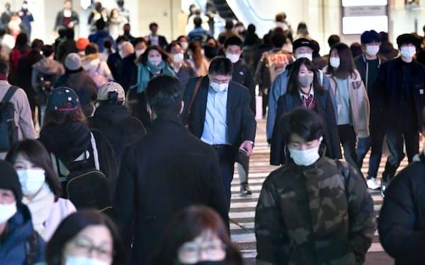 人が行き交うJR大阪駅前(2日)