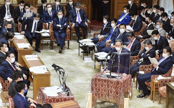 答弁する菅首相の後ろに全閣僚が座る(1月25日の衆院予算委)=共同