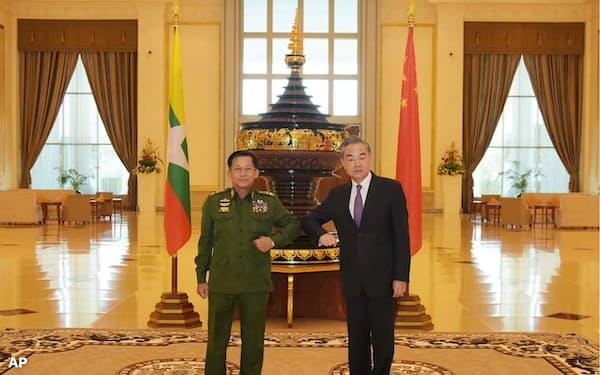 ミン・アウン・フライン国軍総司令官㊧は中国の王毅国務委員兼外相との会談で、20年の総選挙について不満を漏らしたとされる(1月12日、ネピドー)=ミャンマー国軍提供・AP