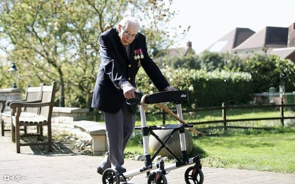 医療従事者らへの寄付金を募るため、庭を歩くトム・ムーアさん(昨年4月、英南部ベッドフォードシャー)=ロイター