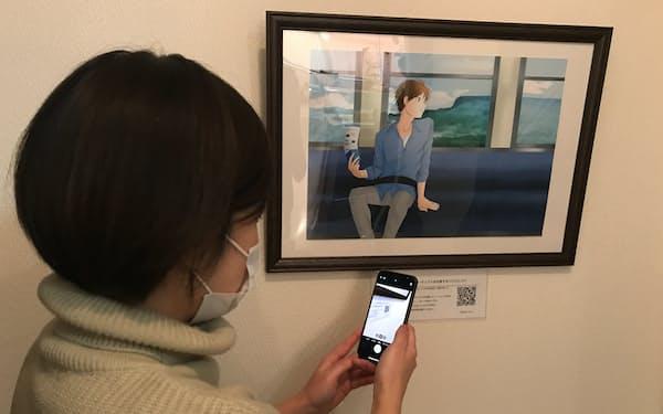 絵画の近くに掲示したQRコードをスマホで読み込めば、絵画を説明するサイトを閲覧できる