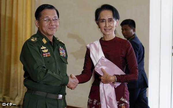 2015年、アウン・サン・スー・チー氏と握手するミン・アウン・フライン国軍総司令官=ロイター