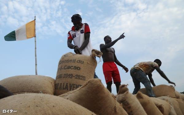 コートジボワールなど産地ではカカオ豆の在庫が増えているもよう=ロイター