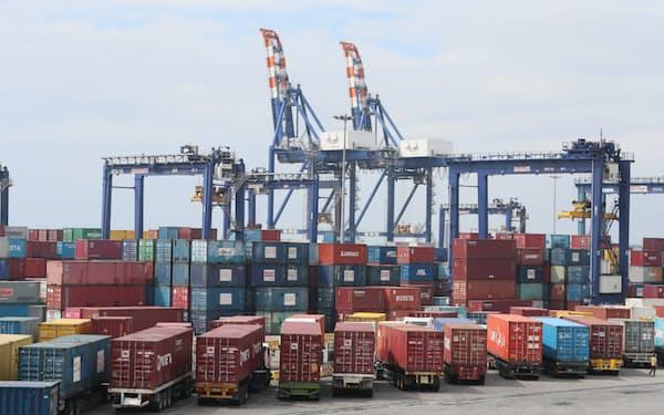 フィリピンは法人税引き下げで投資拡大を狙う(2020年2月、マニラ港)=山本博文撮影