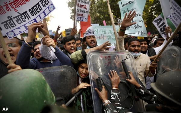 インドの農家による大規模なデモは2カ月以上続き、警官隊との衝突も起きている=AP