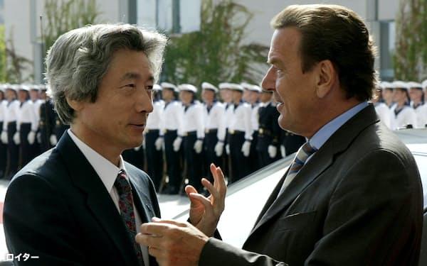 緑の党と連立を組む中道左派のシュレーダー独首相㊨(当時)とベルリンで会談する小泉純一郎首相㊧(2003年、ロイター)