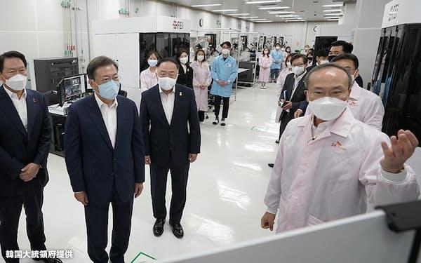 フッ化水素の量産を始めたSKマテリアルズを訪問した文在寅大統領(左から2人目、20年7月)=韓国大統領府提供