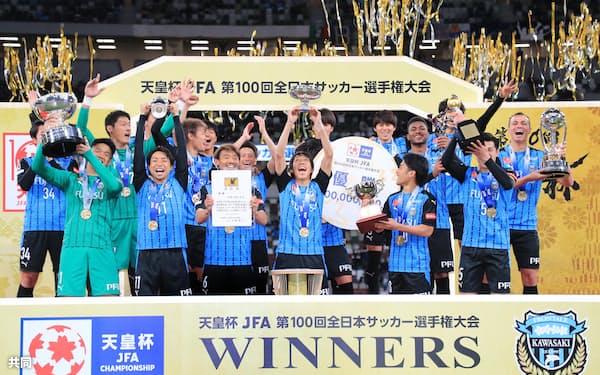 サッカー天皇杯で選手生活に別れを告げた中村さん(中央)。サッカーの指導、普及、解説、社会貢献、いまはどれにも興味がある