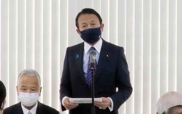 自民党麻生派の会合であいさつする麻生副総理・財務相(4日、都内)