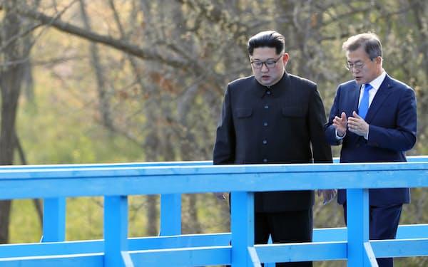 18年4月の南北首脳会談で、文氏㊨は金正恩氏に「新経済地図」構想のデータが入ったUSBメモリーを渡した(韓国共同写真記者団・共同)