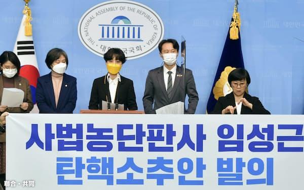 1日、韓国国会に判事の弾劾訴追案を提出した与党議員ら=聯合・共同