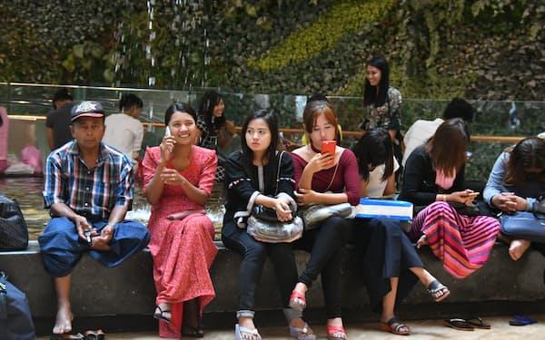 スマホが急速に普及したミャンマーでは情報をフェイスブックに頼る市民が多い