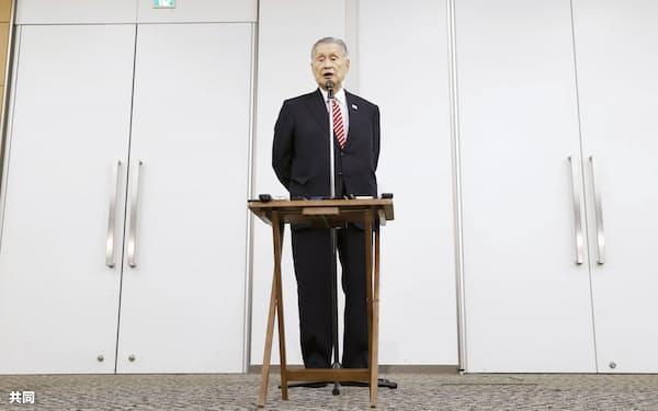 記者会見する東京五輪・パラリンピック組織委の森喜朗会長(4日午後、東京都中央区)=共同