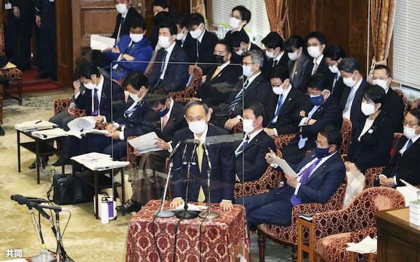 衆院予算委で答弁する菅首相=4日