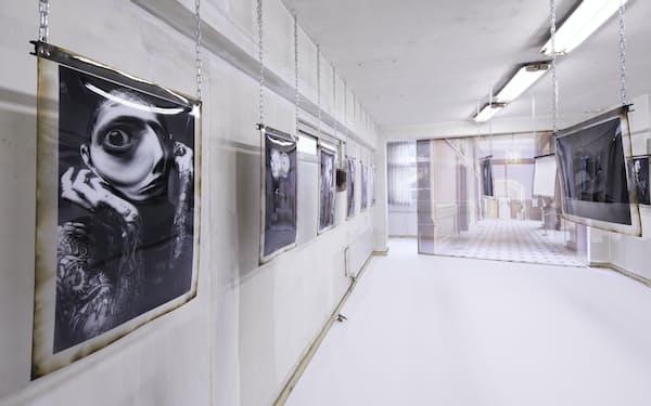 アートフェア「Gallery of Taboo」は東京・日本橋の飲食店で使える「お食事券」を配る(写真は小田駿一氏の展示ブース)