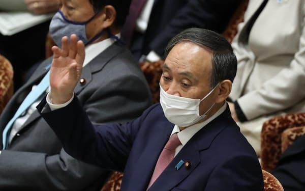 衆院予算委で答弁に立つ菅首相(5日午前)