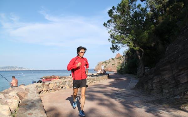 地中海に面した南仏の街、見知らぬ道を走る