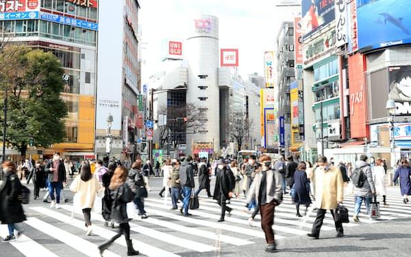 渋谷駅前の交差点をマスク姿で歩く人たち(2日)