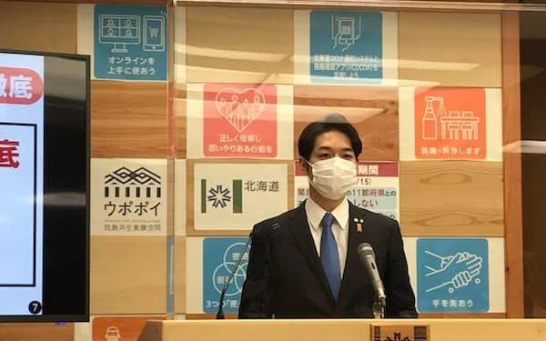 北海道内の新型コロナの感染状況を説明する鈴木知事(5日、札幌市)