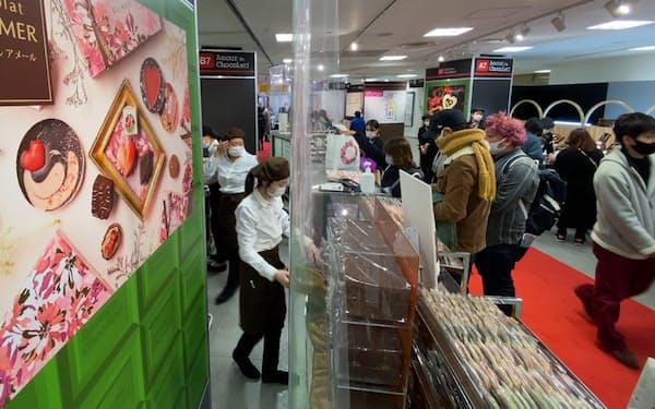 チョコレートを買い求める客でにぎわう高島屋大阪店の売り場(4日午後、大阪市中央区)