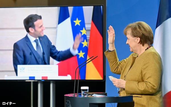 メルケル独首相はマクロン仏大統領との共同記者会見でロシアを非難した=ロイター