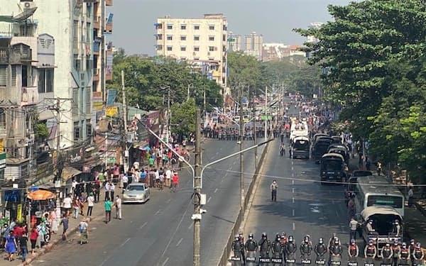 6日、ミャンマー最大都市ヤンゴンの道路を封鎖する警官隊