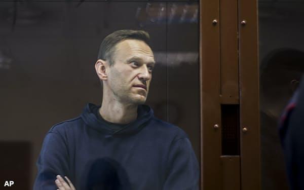5日、モスクワの地区裁判所で審理を見守るナワリヌイ氏=AP