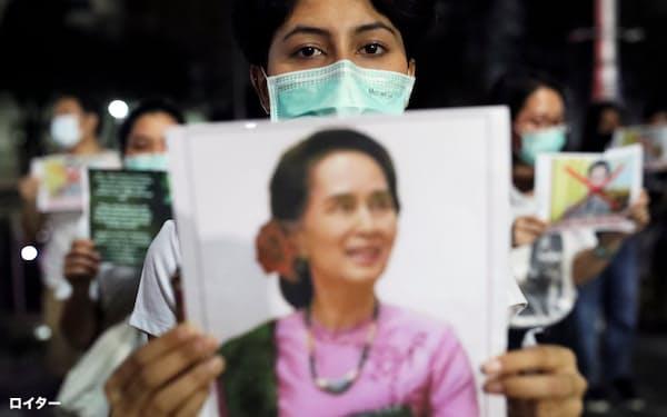 タイの首都バンコクの国連施設前でミャンマーのアウン・サン・スー・チー国家顧問の解放を求める女性(6日、バンコク)=ロイター