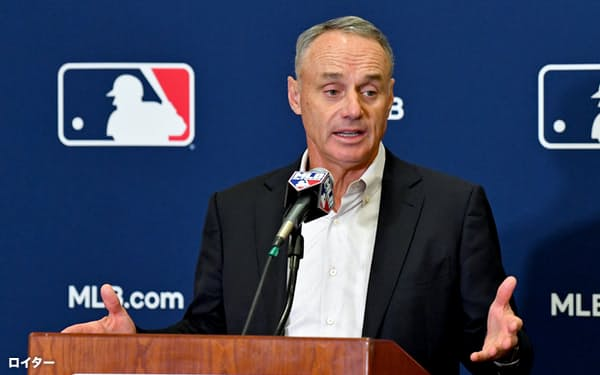 米大リーグ機構(MLB)は1月末、レギュラーシーズンを154試合に減らすプランを選手会に提示した(写真は2019年のキャンプで報道陣に対応するMLBのマンフレッド・コミッショナー)=ロイター