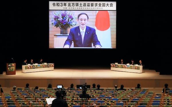 無観客で行われた「北方領土返還要求全国大会」で、ビデオメッセージであいさつする菅首相(7日、東京都渋谷区)
