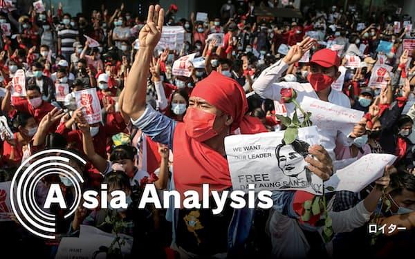 独裁国家への抵抗を描く「ハンガーゲーム」に登場し、反体制デモでも使われた3本指のポーズでクーデターに抗議するミャンマーの人たち(7日、ヤンゴン)=ロイター