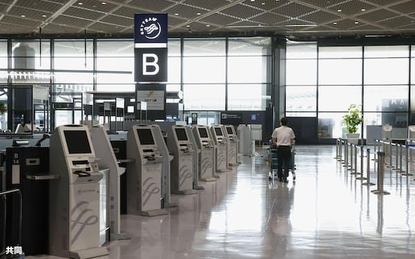 閑散とする成田空港の国際線出発ロビー=2020年6月