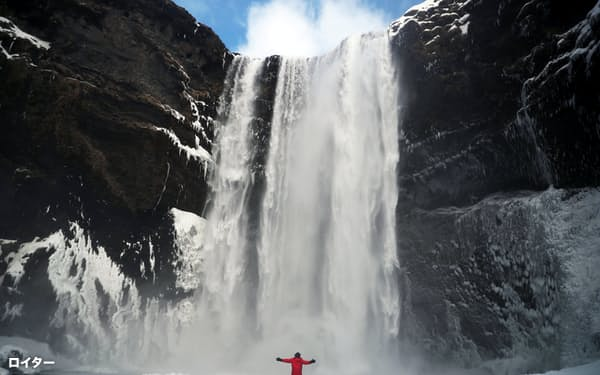 報告書は経済への自然の貢献度を経済学者が把握することが環境問題を考えるうえでは不可欠と指摘する(写真はアイスランドの滝)=ロイター